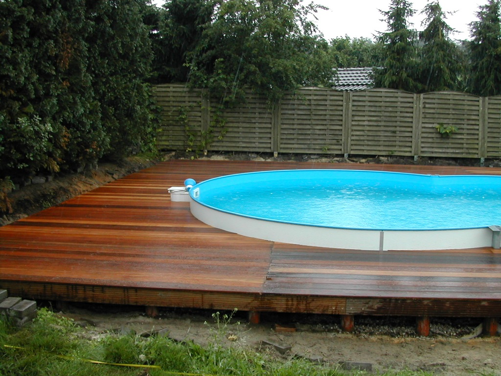 Holzterrassen holzterrasse umrandung swimming pool for Swimmingpool verkleidung